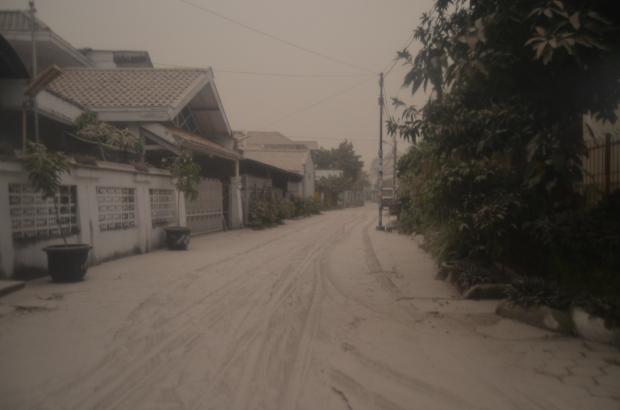 Jalan di depan komplek perumahan, tebal debu kira-kira 3 cm adalah.