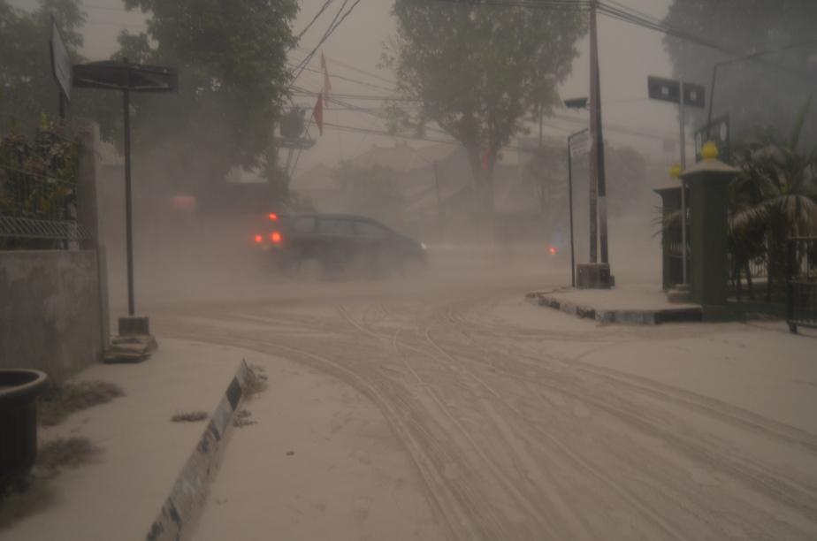 Jalan Kenari (depan Kantor Balaikota), tiap kali mobil melintas, abu berterbangan kemana-mana