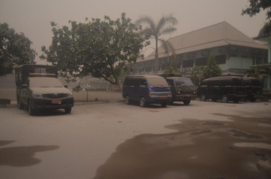 Lapangan Parkir Balaikota tertutup Abu