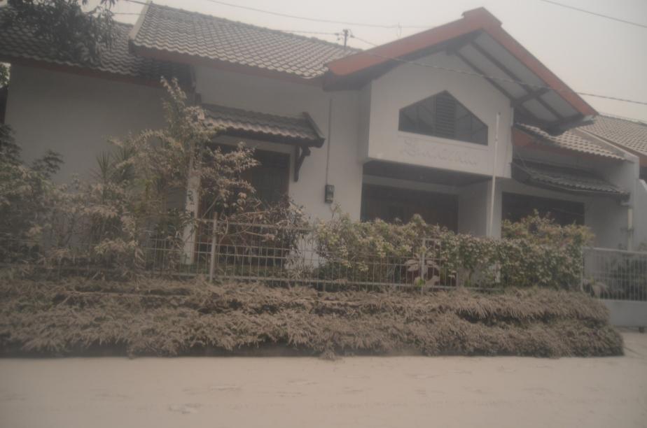 Rumah tertutup abu, sekilas terlihat seperti salju, namun membuat nafas agak sesak dan sakit tenggorokan..