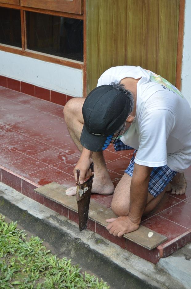 Bapak (berusaha) membuat semacam sekop besar
