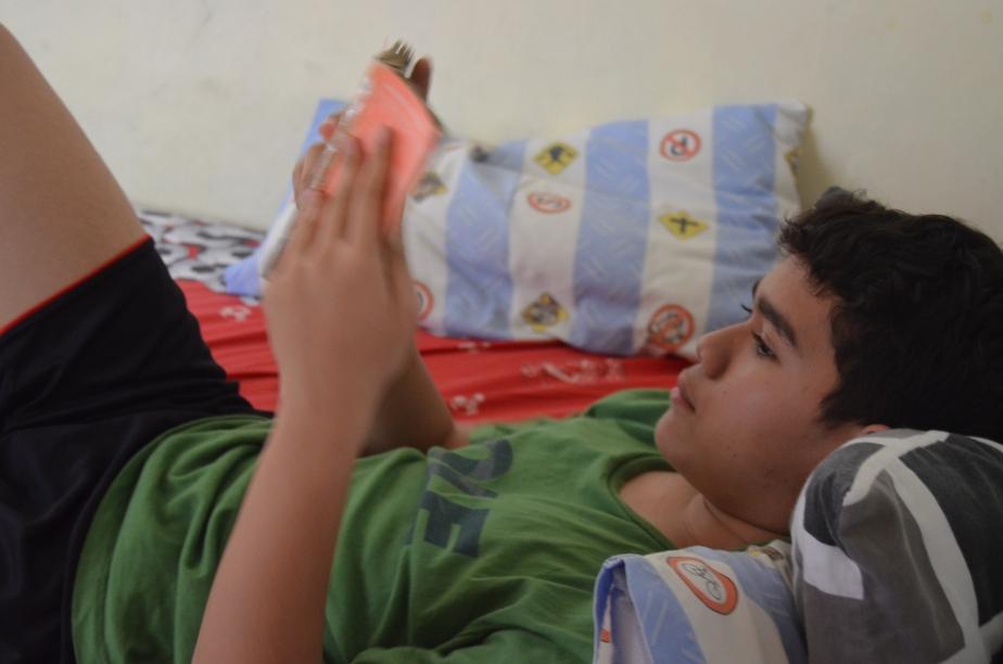 Meanwhile... si abang yang berkedok demam sedang baca komik.. -_-
